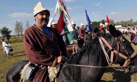 Kun lovas a világtalálkozó egyik programján