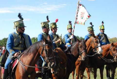 Hagyományőrző huszárok korhű egyenruhában a csata emléknapján