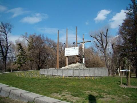 a Regnum Marianum templom talapzatára állított kereszt