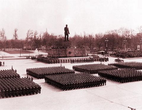 A Regnum Marianum helyére épített és aztán '56-ban ledöntött Sztálin-szobor