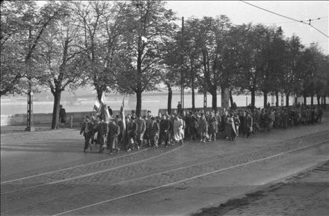 Egyetemisták vonulnak a rakparton a Bem-szoborhoz (forrás: MTI)