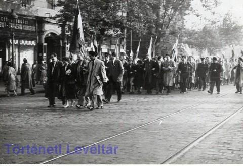 Tüntetők egy csoportja délután a Bajcsy-Zsilinszky úton (forrás: Történeti Levéltár)