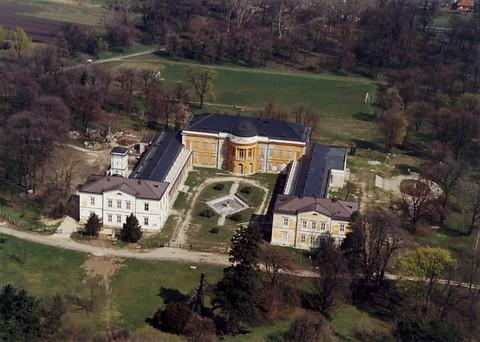 A kastély a felújítások megkezdése előtt (forrás: wikipedia)
