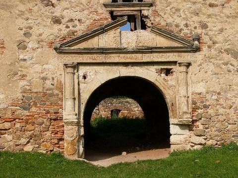 A kastély egyik oldalsó kapuja (forrás: jupiter.elte.hu)