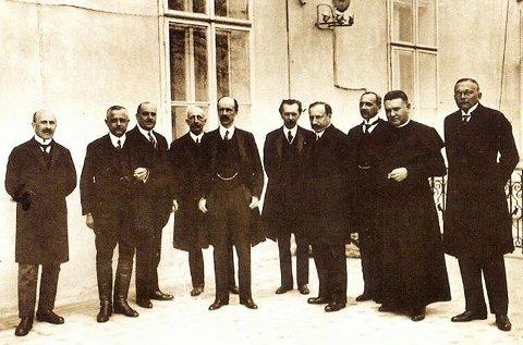 Az első Bethlen-kormány. Jobbról az első Vass József (forrás: mek.oszk.hu)