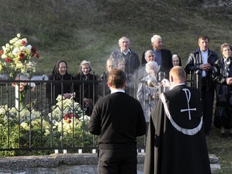 Megemlékezés a csíkszentdomokosi Gábor-kertben (forrás: Csíki Hírlap)