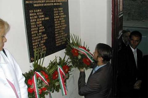 Az áldozatok emléktáblájának koszorúzása (forrás: www.erdon.ro)