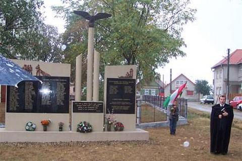 Tisztelgés az áldozatok emléke előtt (forrás: erdon.ro)