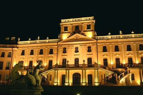 A fertődi kastély éjszakai megvilágításban (forrás: nemzetimuemlekek.hu)