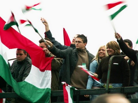 Felvonuló diákok a Gloria Victis Középiskolás Történelmi Vetélkedőn október 23-án (forrás: rakocziszovetseg.hu)