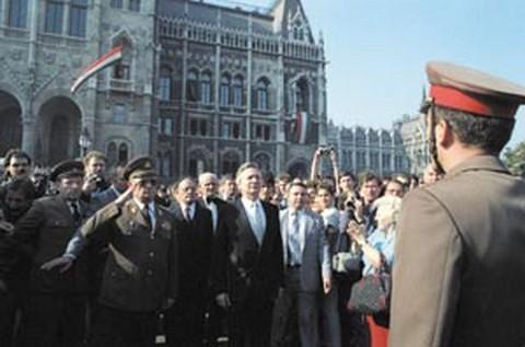 Szűrös Mátyás egykori MSZMP KB tag, a köztársaság kikiáltójaként üdvözli a nemzeti lobogót