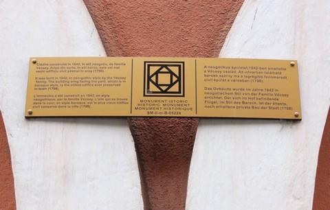 Az ötnyelvű tájékoztató táblák mind a 120 szatmárnémeti műemlék épületre felkerülnek (forrás:kronika.ro)