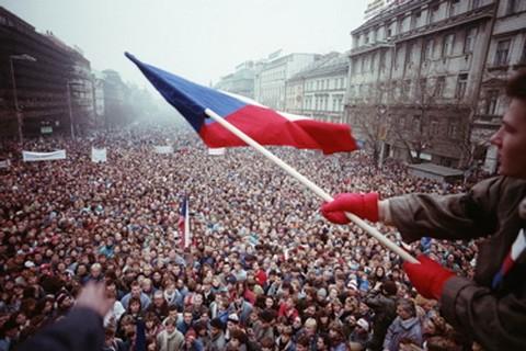 Tömegtüntetés a prágai Vencel-téren a bársonyos forradalom idején