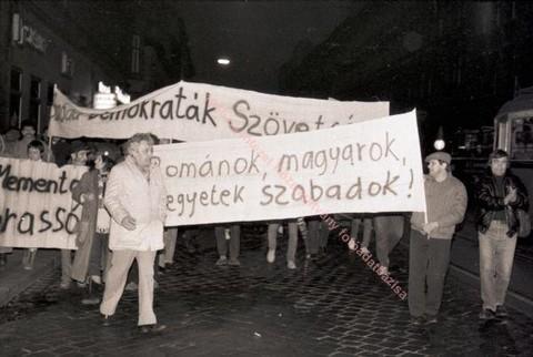 Tüntetés a brassói felkelés első évfordulóján Budapesten, a Keleti Pályaudvarnál (fotó:Nagy Piroska)