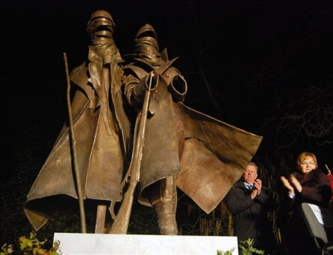 A doni hősök most felavatott emlékműve (fotó:MTI)