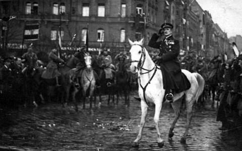 Horthy tiszteleg katonáinak Budapesten a Bartók Béla úton