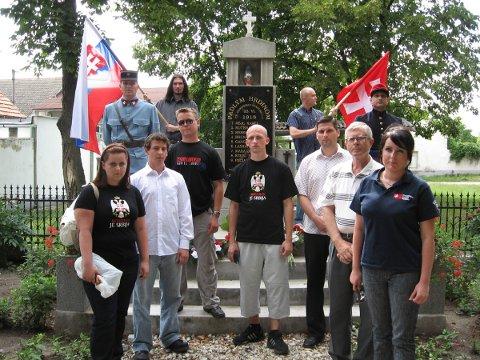 """A Szlovák Megújhodási Mozgalom megemlékezése az Érsekújvár """"védelme"""" közben 1919-ben elesett szlovákok emlékművénél. Néhány résztvevőn """"Koszovó Szerbiáé"""" feliratú póló."""