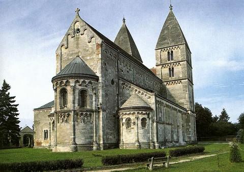 A Szent György plébániatemplom északi homlokzata a szentélyekkel (fotó: Magyar Elektronikus Könyvtár)