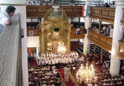 A szarvasi evangélikus templom istentisztelet idején (fotó:lutheran.hu)