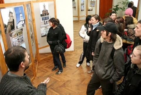 Érdeklődők a kiállítás megnyitóján (fotó:szatmar.ro)