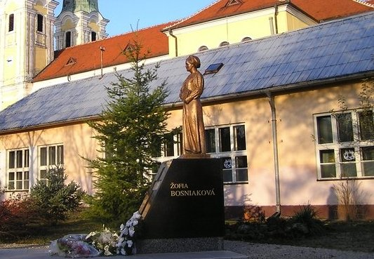 Bosnyák Zsófia szobra Nagysurányban