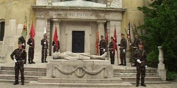 Koszorúzással emlékezett meg a katonahősökről Székesfehérvár önkormányzata és a Honvédség (forrás: szekesfehervar.hu)