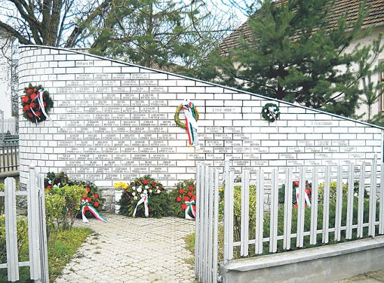 1919. április 19, az első, illetve a második világháború áldozatainak emlékműve Köröstárkányban