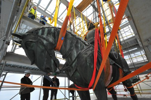 restaurálás alatt a Mátyás-szobor
