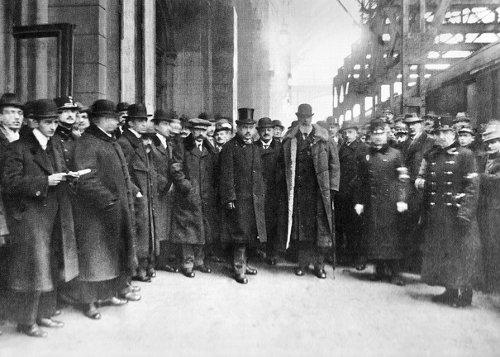 Gróf Apponyi Albert és a magyar békedelegáció 1920. január 5-én a Keleti pályaudvarról Párizsba indul