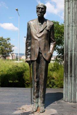 Károlyi Mihály szobra az Országház mellett