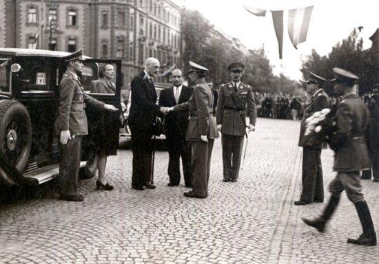 Károlyi Mihály fogadása Budapesten 1946-ban, mögötte a felesége