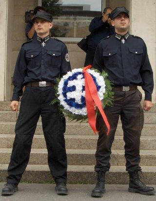 a Szlovák Testveriség a Hlinka-gárda jelvényével