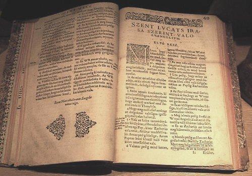Vizsolyi Biblia a Kecskeméti Református Egyházközség Könyvtárában (forrás: Wikipédia)
