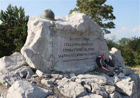 """emlékmű Doberdó legmagasabb pontján, felirata: """"a halálban barátokká lettek a magyar és olasz katonafiatalok"""" (fotó: Benkő Sándor)"""