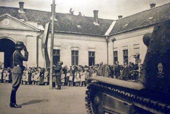 a bevonulás után felvonják a magyar zászlót Bihardiószegen (1940. szeptember)