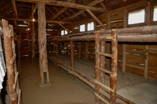 rekonstruált barakk beltere (Recski Nemzeti Emlékpark)