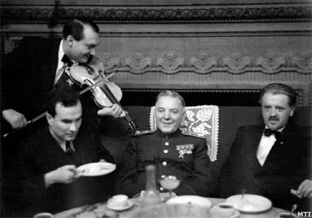 Vorosilov marsall és Tildy Zoltán (Gundel étterem, 1948)