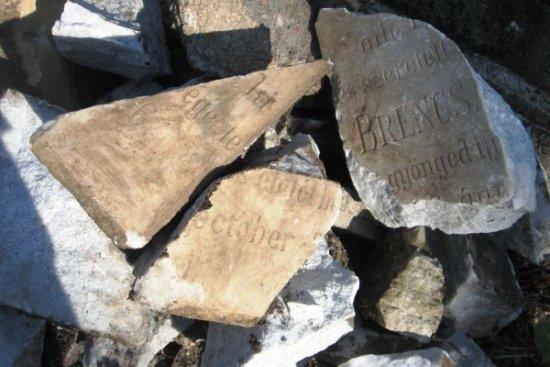 összetört sírkövek a Házsongárdi temetőben (fotó: Krónika)