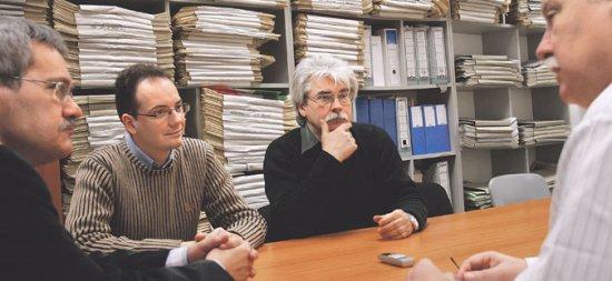 balról jobbra: Faggyas Sándor lapszerkesztő, Mihályi Balázs és Szakály Sándor történész, valamint Sinkovics Ferenc főmunkatárs (fotó: MH)