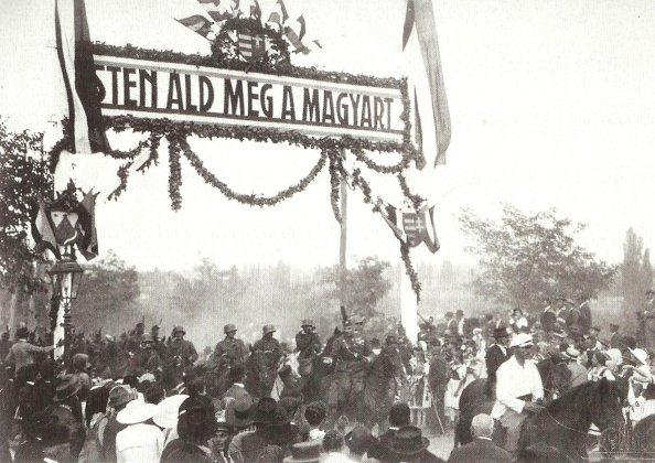 A Pécsre bevonuló Nemzeti Hadsereg áthalad az Árpád-tetőn emelt diadalkapu alatt (Janus Pannonius Múzeum, Pécs)