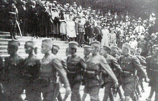szerb megszálló csapatok vonulnak Radonanovics ezredes előtt az olasz katonai attasé jelenlétében