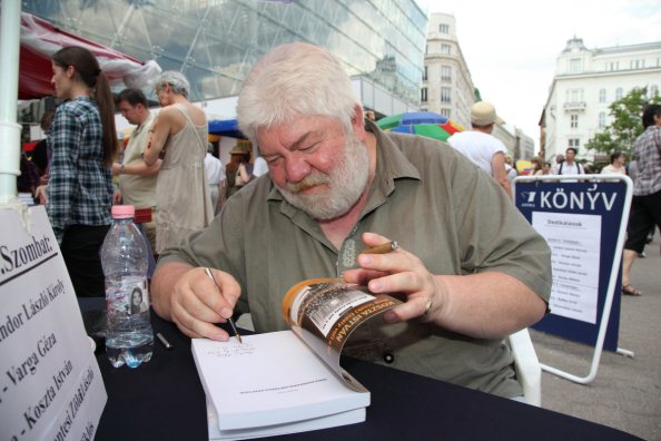 Koszta István dedikál a 2011-es Ünnepi Könyvhéten