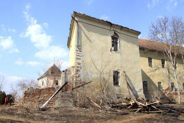 A tűz martaléka. Ezer négyzetméteren égett le a radnóti kastély tetőzete (fotó: Keresztalja)