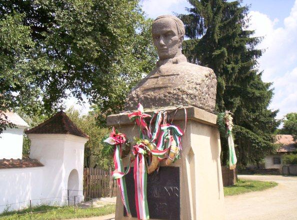 Kőrösi Csoma Sándor szobra Csomakőrösön (fotó: Wikipédia)