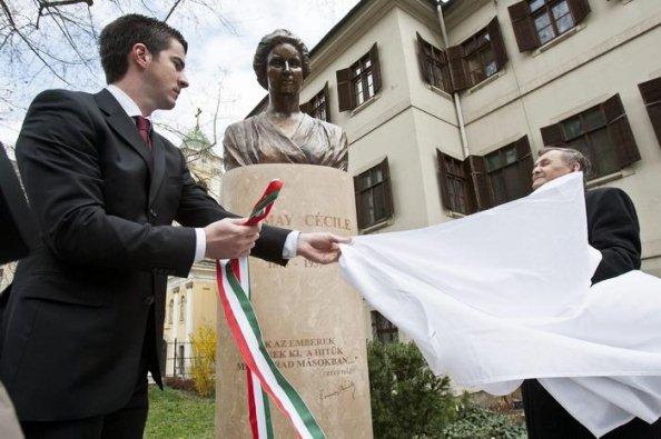 Tormay Cécile szobrának avatása