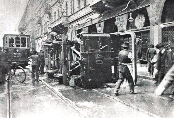 Felborított villamos. Barikád a pesti utcán 1912. május 23-án