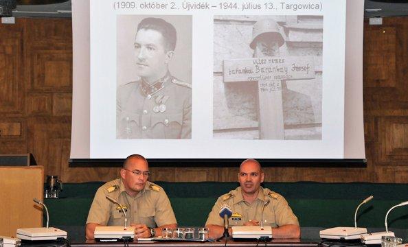 Maruzs Roland őrnagy és dr. Töll László alezredes a sajtótájékoztatón