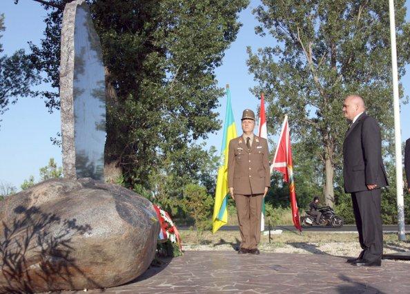 Hende Csaba honvédelmi miniszter a bicskei óceánrepülő-emlékműnél (fotó: honvedelem.hu)