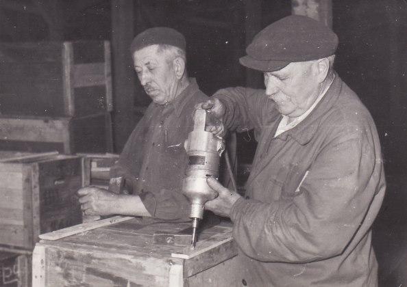 B. Szabó István, a volt államminiszter ládaszegező segédmunkásként (jobbra)