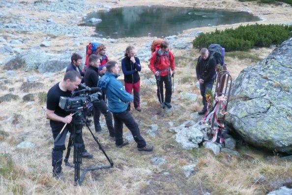 Pillanatkép a forgatásról a Mosolygó-tó melletti emlékműnél (Forrás: Ruza Gyula, nosza.info)
